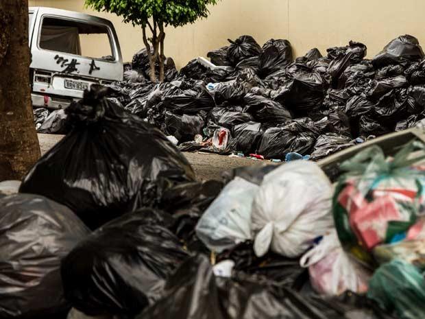 Lixo acumulado nas calçadas de São Caetano do Sul, na Grande São Paulo marca uma semana do início da greve dos catadores nas cidades do Grande ABC e também no interior; categoria de garis e lixeiros afirma que 70% dos serviços estão funcionando e pede reajuste salarial de 11,73 por cento.  (Foto: Carla Carniel/Frame/Estadão Conteúdo)