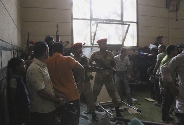 17/8 - Soldados do Exército são vistos dentro da Mesquita Al-Fath, onde islamitas estavam escondidos desde sexta. Houve troca de tiros. Militantes islamitas eram retirados do local neste sábado (Foto: Muhammad Hamed/Reuters)