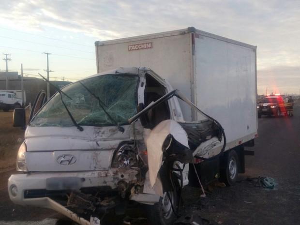 Condutor ficou preso nas ferragens (Foto: Jefferson Henrique/Polícia Rodoviária Federal)