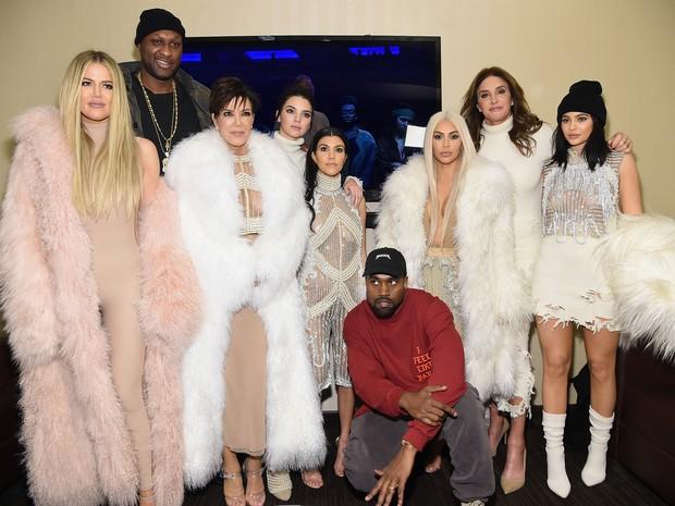 Khloe Kardashian, Lamar Odom, Kris Jenner, Kendall Jenner, Kourtney Kardashian, Kanye West, Kim Kardashian, Caitlin Jenner e Kylie Jenner em desfile em Nova Yor, nos Estados Unidos (Foto: Kevin Mazur/ Getty Images)