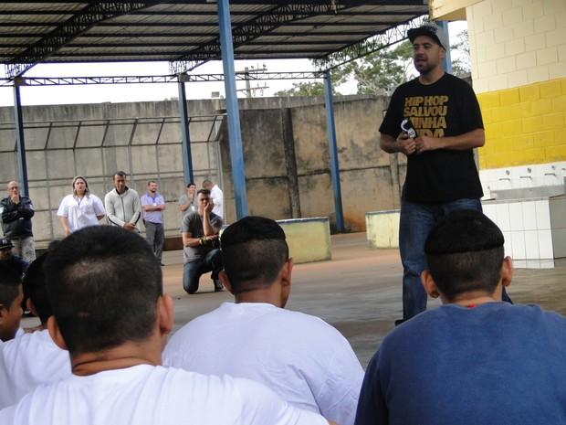 Renan Inquérito se apresentou na Fundação Casa de Ribeirão Preto (Foto: Fernando Machado/ G1)