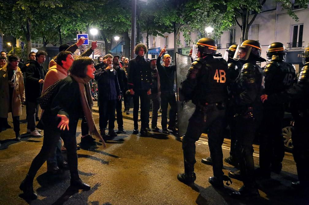 Manifestantes e policiais durante protesto no dia do segundo turno da eleição na França (Foto: Lara Priolet / AFP)