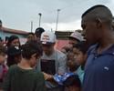 Sandro Dias encara chuva em visita a projeto social em Itaquaquecetuba