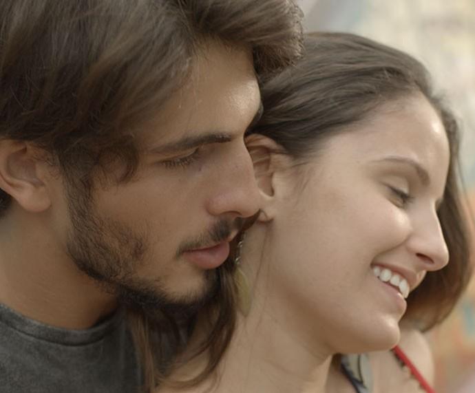 As amigas não apoiavam, mas Nanda ficou bem interessada pelo playboy  (Foto: TV Globo)