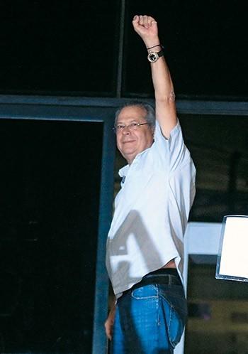 CONEXÃO O ex-ministro José Dirceu, ao levantar o punho depois de ser condenado e preso no caso do mensalão. Um advogado ligado a ele foi contratado para representar a Astra (Foto: Sérgio Neves/Estadão Conteúdo)