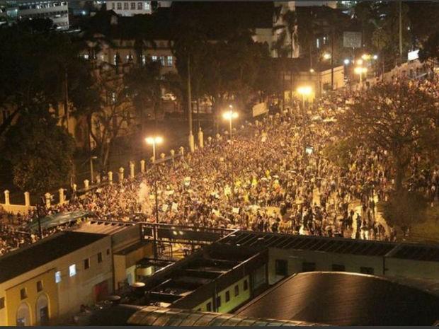 Manifestantes se reuniram na Praça Rui Barbosa, no Centro de Curitiba (Foto: Rafael Camargo Magalhães)