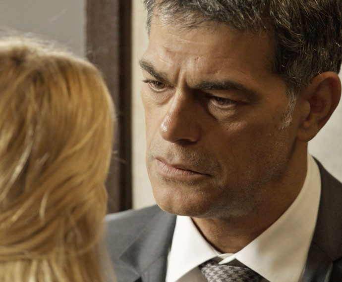 Orlando pede para Lara se afastar (Foto: TV Globo)