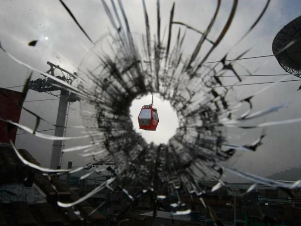 Marcas de tiros ficaram nas janelas da sede da UPP Nova Brasília  (Foto: Fabiano Rocha / Agência O Globo)