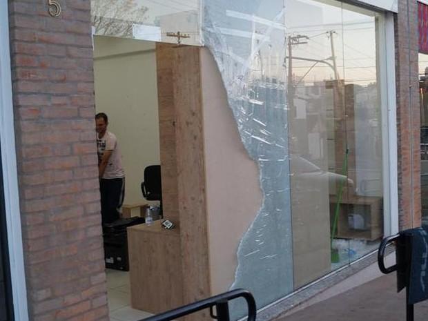 Loja em São Carlos teve a vidraça quebrada por bandidos (Foto: Marcelo Carboni/Arquivo Pessoal)