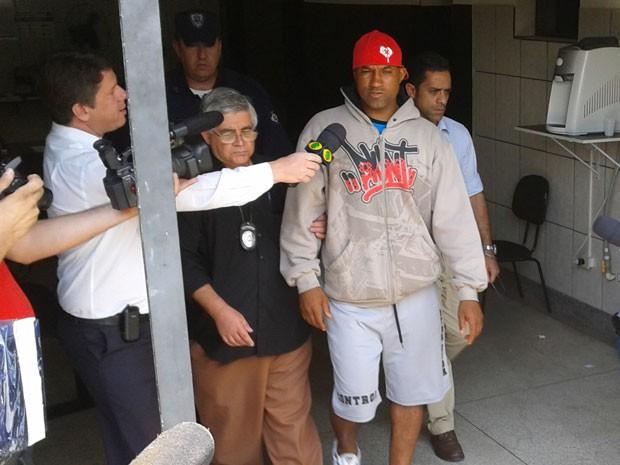 Viola foi detido no condomínio onde mora em Santana de Parnaíba (Foto: Rafael Miotto/ G1)
