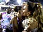 Ivete Sangalo dá beijo em Taís Araújo durante desfile da Grande Rio