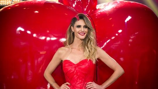 Fernanda Lima vira 'cisne vermelho' com look inspirado em bailarinas clássicas