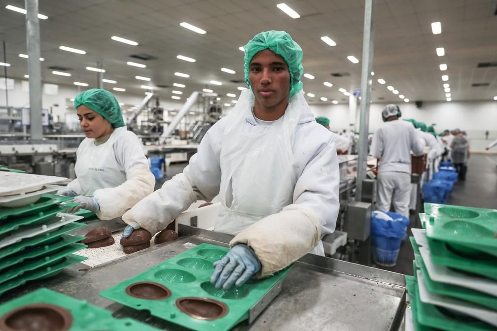 Carlos Eduardo Raimundo, de 18 anos, trabalhou por um mês retirando as cascas dos moldes para serem recheados e depois embalados (Foto: Fábio Tito/G1)