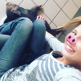 Debby com Lili, sua porquinha de estimação. (Foto: Reprodução)