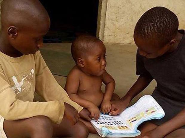 Hope é visto ao lado de outras crianças na African Children's Aid Education and Development Foundation, oito semanas após ser resgatado das ruas (Foto: Reprodução/Facebook/Anja Ringgren Lovén)