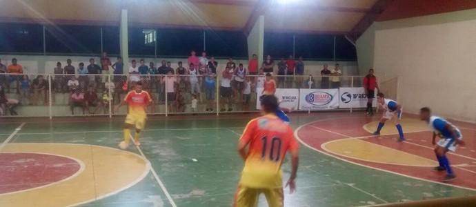 Torcida compareceu ao ginásio do colégio Ana Elisa Gregori (Foto: Ádison Ramos/TV Rio Sul)
