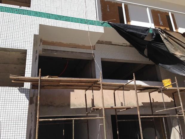 Obras em prédio embargado, onde foi instalada agência do BRB (Foto: Gabriel Luiz/G1)