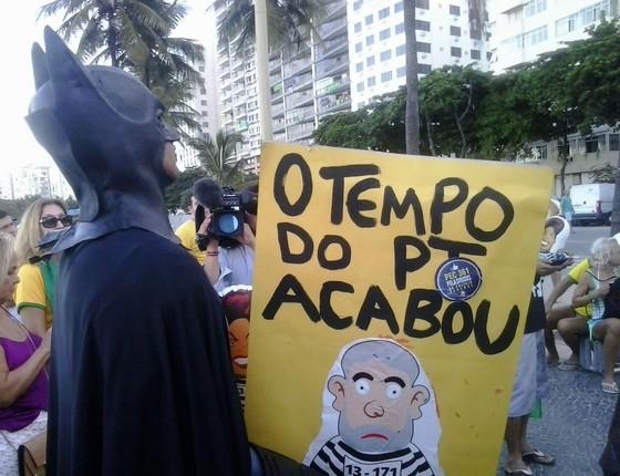 Eron  Melo,32 o Batman figura presente em protestos a favor do impeachment  (Foto: Hudson Correa)