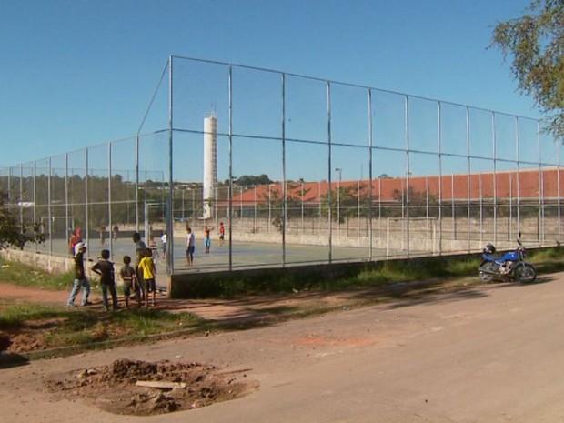 Obra não possui cobertura para proteger as crianças da chuva e do sol (Foto: Ronaldo Oliveira/ EPTV)