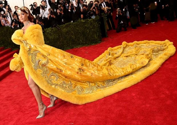 Rihanna veste Guo Pei no MET Gala de 2015 (Foto: Getty Images)