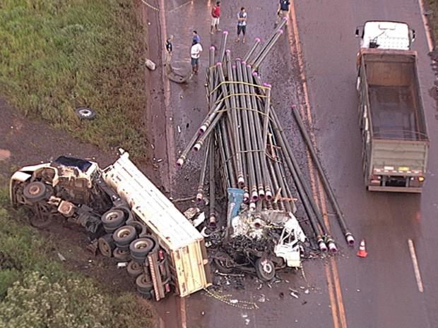 Acidente entre carretas deixa feridos na Grande BH. (Foto: Reprodução/TV Globo)