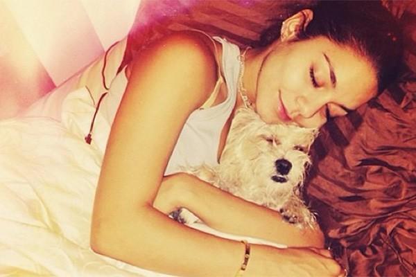 """Recentemente Vanessa Hudgens adotou a cadelinha Darla, que foi resgatada por uma das amigas da atriz, Lori. """"Agora Darla é o nosso pedacinho de céu"""", escreveu Vanessa em seu Instagram. (Foto: Reprodução/Instagram)"""