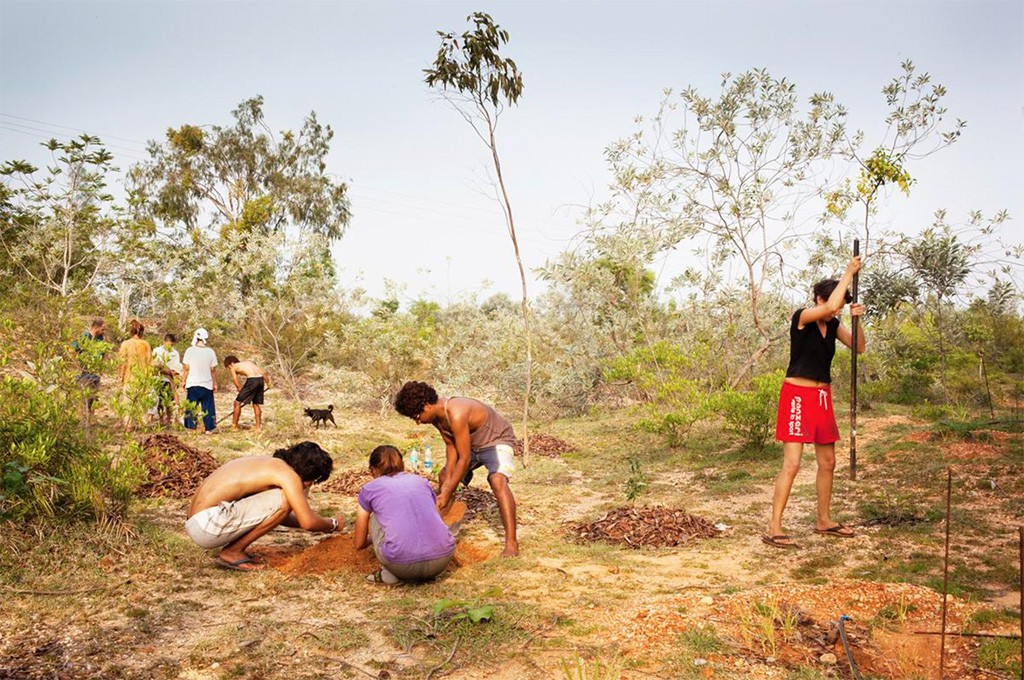 Além de terem trabalhos formais, os moradores ajudam na manutenção da cidade, como no plantio de árvores (Foto: Divulgação)