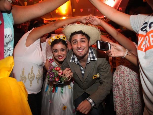 Sophie Charlotte e Daniel Rocha brincam na festa junina (Foto: Roberto Filho/AgNews)