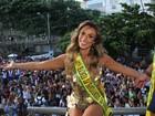 Nicole Bahls usa vestido curtinho para bloco de carnaval no Rio