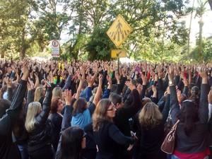 Servidores de Blumenau votam pela continuidade da greve (Foto: Manoel Tavares/RBS TV)