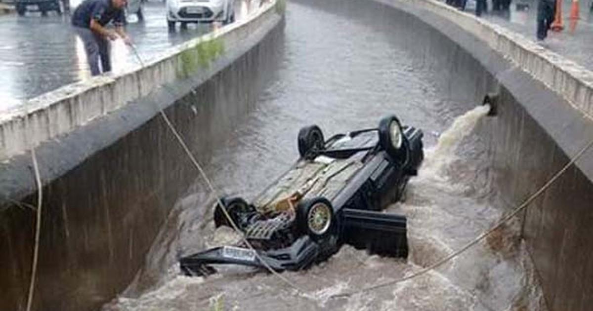 Após colisão, motorista cai com carro em córrego de Mogi Guaçu, SP - Globo.com