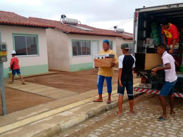 Famílias desabrigadas de Lajedinho são levadas para imóveis (Foto: Defesa Civil de Lajedinho/Divulgação)