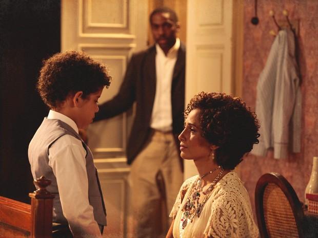 Zé Maria chega bem na hora em que Elias diz que quer ser seu filho (Foto: Lado a Lado/TV Globo)