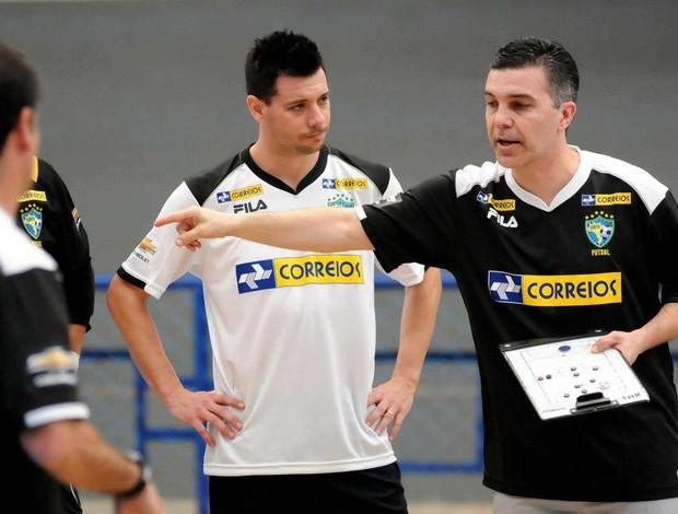 Simi conversa com o técnico Marcos Sorato (Foto: Luciano Bergamaschi/CBFS)