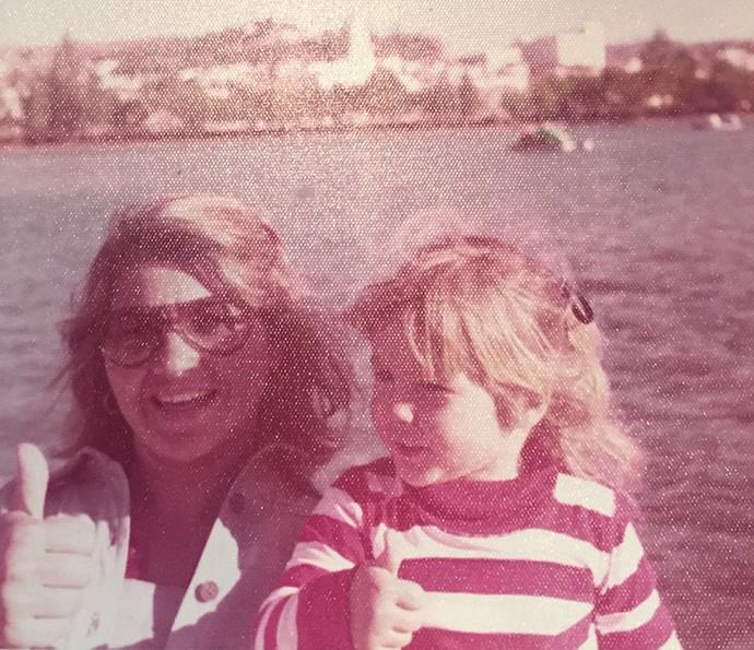 Flávia Alesssandra bem pequenininha com a mãe (Foto: Arquivo Pessoal)
