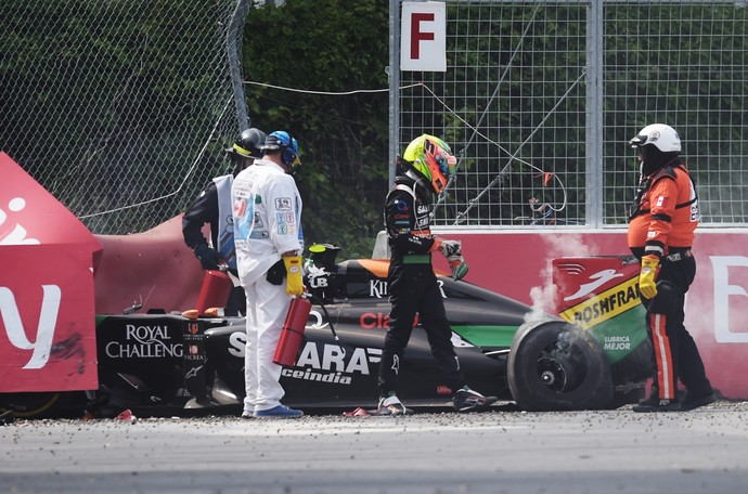 Sergio Pérez sai do carro após batida com Felipe Massa (Foto: AFP)