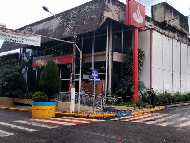 Banco Santander foi invadido, mas cofre não foi explodido em São Miguel Arcanjo (Foto: Airton Salles Júnior/TV TEM)