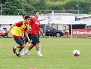 Oscar volta aos treinos no Inter (Foto: Diego Guichard/Globoesporte.com)