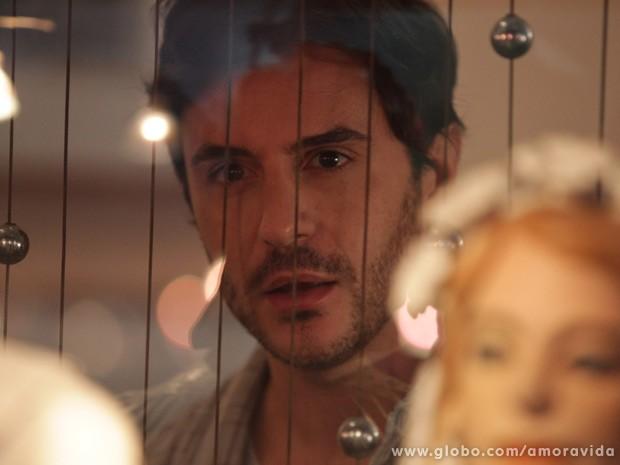 Thales fica fascinado pela beleza de Nicole... (Foto: Amor à Vida / TV Globo)