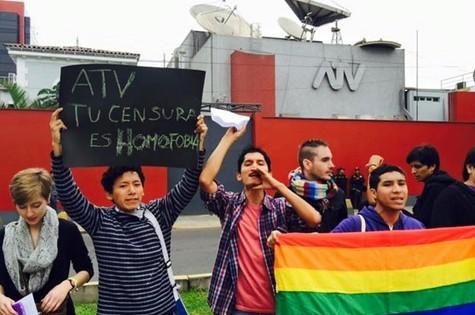 Manifestantes promovem beijaço contra TV peruana (Foto: Reprodução)