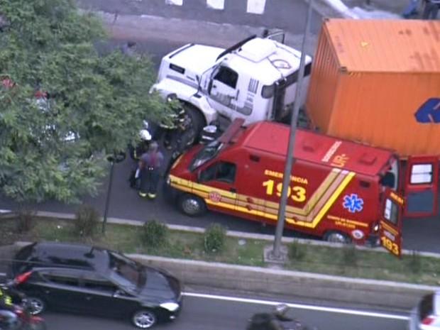 Acidente com caminhão causava bloqueio na Via Anchieta, em São Paulo. (Foto: Reprodução/TV Globo)