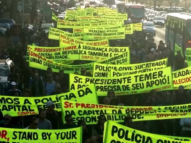 Policiais civis estendem faixas de protesto em caminhada por salários melhores e equiparação salarial com a PF (Foto: Pedro Borges/G1)