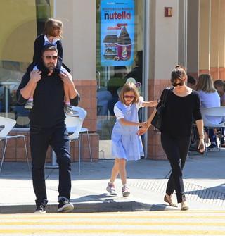 Jennifer Garner e Ben Affleck com as filhas, Violet e Seraphina (Foto: Agência X17)
