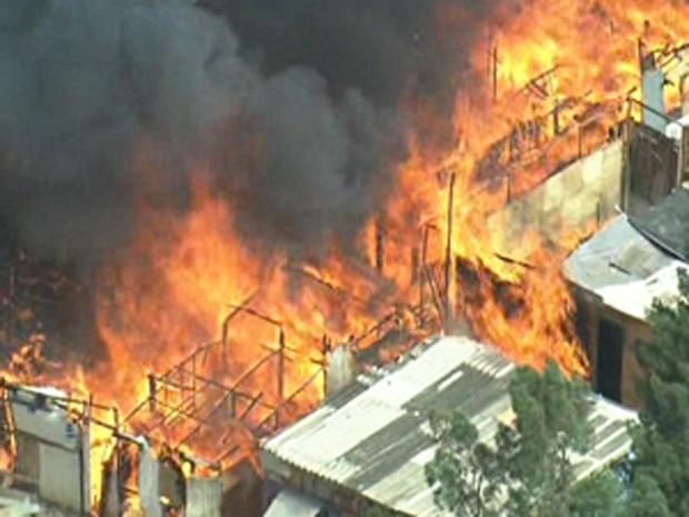 Incêndio consome barracos em favela na Zona Norte de SP (Foto: Reprodução/ TV Globo)