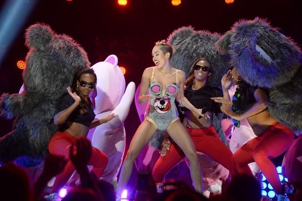 Performance de Miley com dançarinos no VMA (Foto: Getty Images)