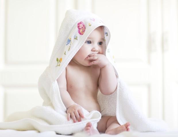 Os cuidados com o banho do bebê devem começar ainda antes de ele entrar na água (Foto: Thinkstock)