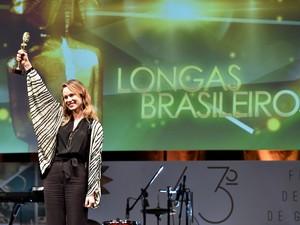 Mariana Ximenes levou o kikito de melhor atriz (Foto: Edson Vara/Pressphoto)