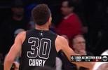 Stephen Curry dribla marcador e acerta bola de três pontos