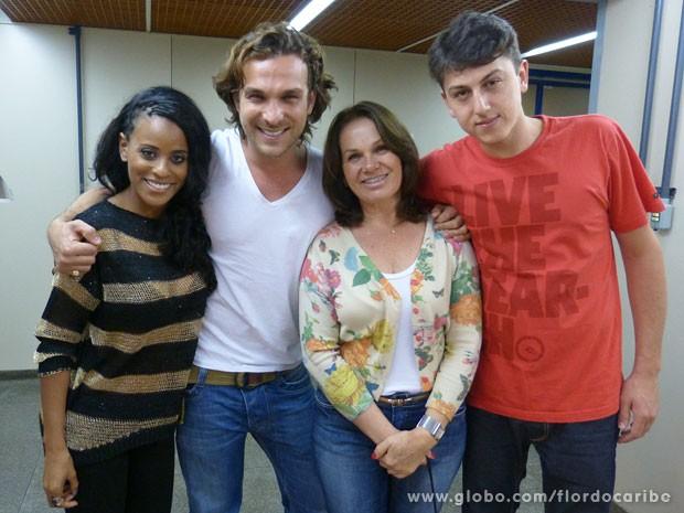Igor Rickli com a esposa Aline Wirley, sua irmã e seu sobrinho (Foto: Flor do Caribe / TV Globo)