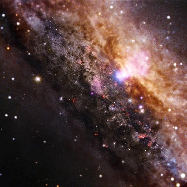 Galáxia NGC 4945, a 13 milhões de anos-luz da Terra (Foto: Nasa/CXC/Univ degli Studi Roma Tre/A.Marinucci et al/ESO/VLT & NASA/STScI/Reuters )